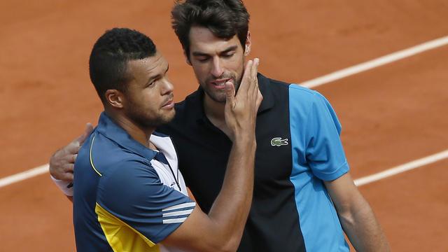 Les Français Jo-Wilfried et Jérémy Chardy se saluent à l'issue de la rencontre remportée par le premier, le 31 mai 2013 à Roland-Garros [Patrick Kovarik / AFP]