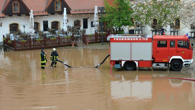 Des pompiers pompent l'eau le 2 juin 2013 à Chemnitz,dans l'est de l'Allemagne [Hendrik Schmidt / DPA/AFP]