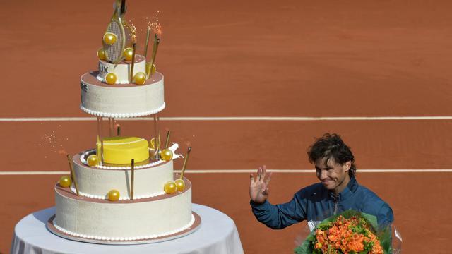 Rafael Nadal s'est vu offrir un gâteau d'anniversaire après avoir battu Kei Nishikori à Roland-Garros, le 3 juin 2013 [Miguel Medina / AFP]
