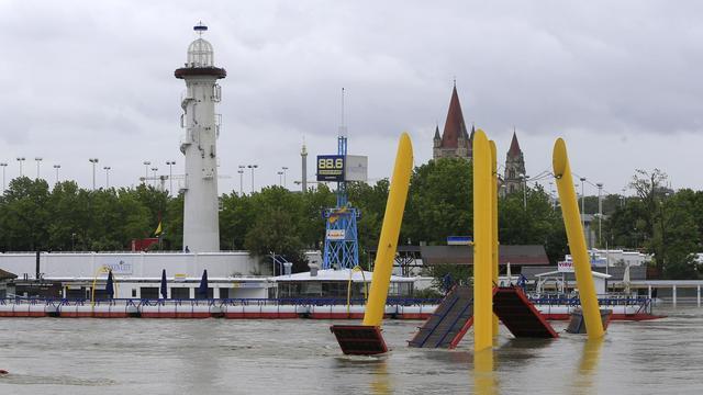 Un pont est submergé par la montée des eaux du Danube, le 3 juin 2013 à Vienne [Alexander Klein / AFP]