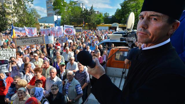 Vasile Laiu, archiprêtre orthodoxe de Barlad, manifeste contre le gaz de schiste, le 27 mai 2013 à Barlad en Roumanie [Daniel Mihailescu / AFP/Archives]