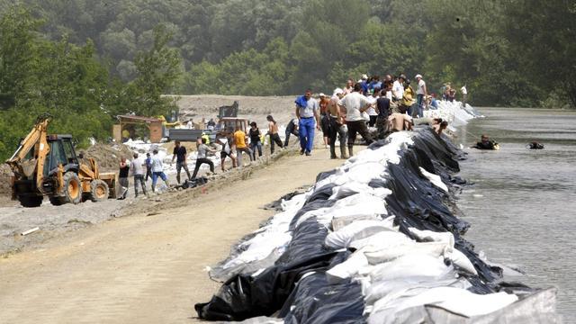 Des plongeurs et des habitants renforcent des digues sur le Danube, le 7 juin 2013 [Ferenc Isza / AFP]
