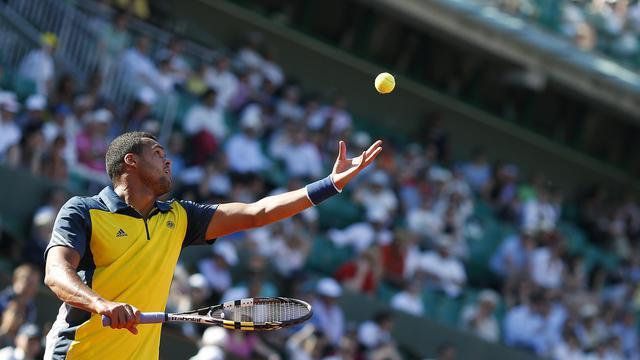 Le Français Jo-Wilfried Tsonga servant face à l'Espagnol David Ferrer lors du Tournoi de Roland Garros le 7 juin 2013 à Paris [Thomas Coex / AFP]