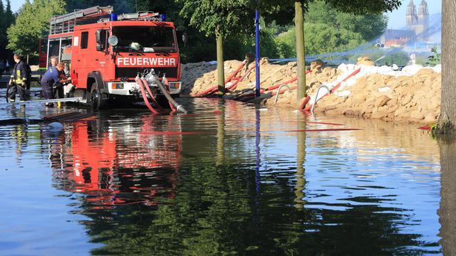 Pompiers à l'oeuvre le 8 juin 2013 à Magdeburg [Jens Wolf / AFP]