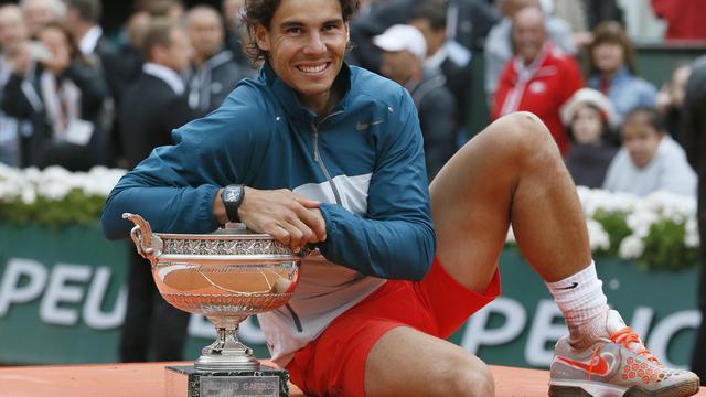 L'Espagnol Rafael Nadal avec son trophée après avoir remporté pour la 8e fois le tournoi de Roland Garros le 9 juin 2013 à Paris