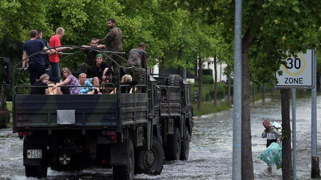 Des habitants  sont évacués en camion par des militaires le 10 juin 2013 à Magdebourg inondée par l'Elbe en crue [Ronny Hartmann / AFP]