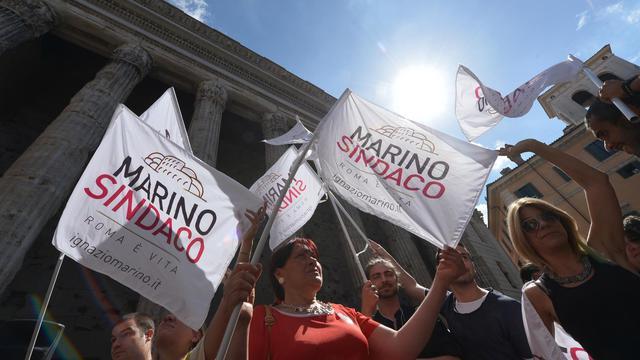 Des partisans du candidat du Parti démocrate Ignazio Marino, le 10 juin 2013 à Rome [Alberto Pizzoli / AFP]