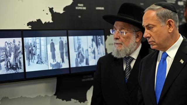 Le Premier ministre israélien Benjamin Netanyahu (d) et le rabbin Israel Meir Lau à l'inauguration d'une nouvelle exposition sur la Shoah sur le site de l'ancien camp nazi d'Auschwitz-Birkenau, le 13 juin 2013 [Janek Skarzynski / AFP]