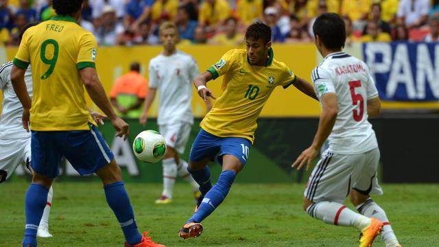 L'attaquant brésilien Neymar reprend un ballon de demi-volée et marque le premier des trois buts de la Seleçao face au Japon, en Coupe des Confédérations, le 15 juin 2013 à Brasilia [Yasuyoshi Chiba / AFP]