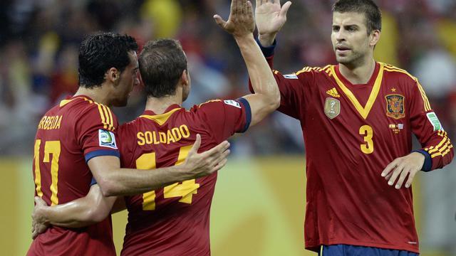 L'attaquant espagnol Roberto Soldado (C) fête le but qu'il vient de marquer contre l'Uruguay avec ses équipiers Alvaro Arbeloa (G) et Gerard Pique, le 16 juin 2013 à la Coupe des confédérations au Brésil