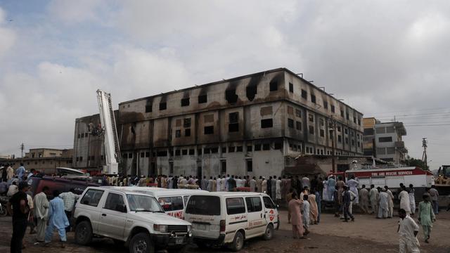 Les autorités pakistanaises ont accusé de meurtre les trois propriétaires de l'usine de textile de Karachi qui a pris feu mardi soir, causant la mort de 289 ouvriers, ont indiqué jeudi des sources policières. [AFP]