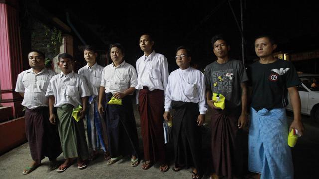 Des prisonniers politiques libérés posent  à leur sortie de prison  le 17 septembre 2012 à Rangoun [Ye Aung Thu / AFP]