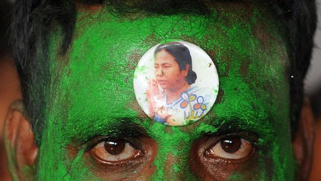 Un militant du parti du Congrès Trinamool (TMC) porte sur le front l'image de la chef de cette formation, Mamata Banerjee, le 2 juin 2012 [Deshakalyan Chowdhury / AFP/Archives]