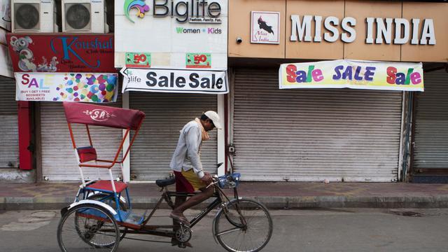 Un rickshaw passe devant des magasins fermés le 20 septembre 2012 à New Delhi, lors d'une journée nationale de grève [Andrew Caballero-Reynolds / AFP]