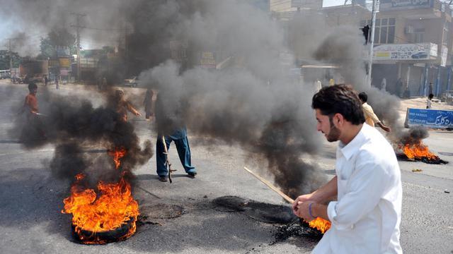 Des Pakistanais brûlent des pneus lors d'une manifestation contre le film islamophobe américain, le 21 septembre 2012 [Aamir Qureshi / AFP]