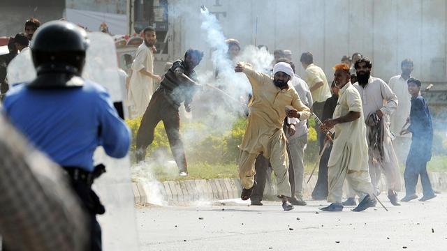Des Pakistanais affrontent les forces de l'ordre lors d'une manifestation contre le film anti-islam, le 21 septembre 2012 à Islamabad [Aamir Qureshi / AFP]