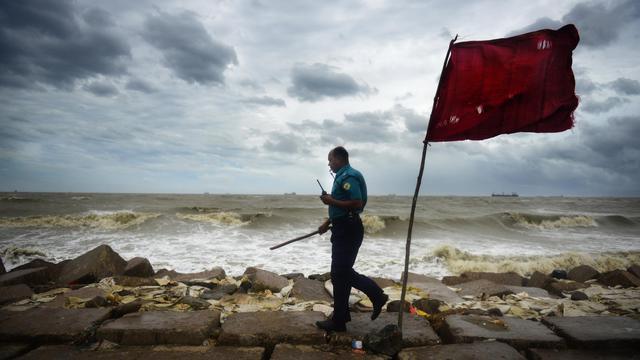 Un policier Bangladais patrouille le 16 mai 2013 le long d'une plage à Chittagong [Munir Uz Zaman / AFP]