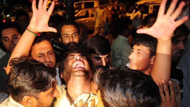 Des militants du Mouvement pour la Justice (PTI) pleurent l'assassinat de Zohra Hussein, le 18 mai 2013 à Karachi [Asif Hassan / AFP]