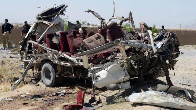 Un véhicule des forces de sécurité pakistanaises détruit après l'explosion d'une bombe, le 23 mai 2013 à Quetta [Banaras Khan / AFP]