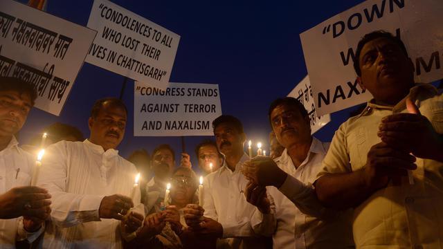 Des Indiens rendent hommage aux victimes de l'attaque maoïste qui a fait samedi 24 morts, le 27 mai 2013 à Bombay [Indranil Mukherjee / AFP]