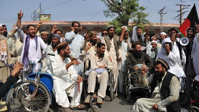 Des personnes handicapées manifestent devant les bureaux de la Croix-Rouge à Jalalabad, le 2 juin 2013 [Noorullah Shirzada / AFP]