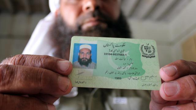 Le Pakistanais Abdul Razzaq montre la carte d'identité de son frère Amanatullah Ali, emprisonné à Bagram, le 2 mai 2013 à Faisalabad [Guillaume Lavallée / AFP]