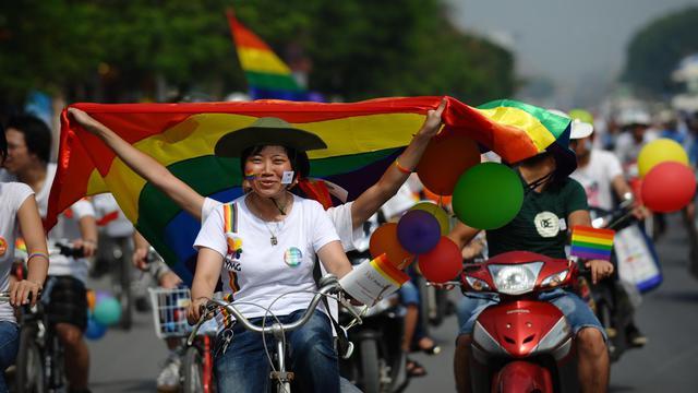 Des dizaines de vélos décorés de ballons et de drapeaux arc-en-ciel ont sillonné dimanche les rues de Hanoï à l'occasion de la première gay pride organisée au Vietnam.[AFP]