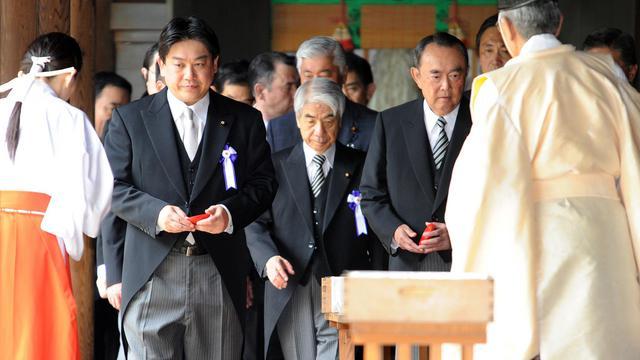 Deux ministres nippons se sont rendus mercredi au sanctuaire controversé de Yasukuni à Tokyo pour le 67e anniversaire de la capitulation du Japon, provoquant la fureur de la Corée du Sud et de la Chine.[AFP]