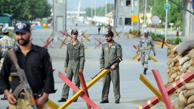 L'attaque d'une base de l'armée de l'air pakistanaise (PAF) par des hommes armés de fusils, de grenades et de lance-roquettes jeudi avant l'aube a fait huit morts, dont les six assaillants, a annoncé un porte-parole de l'armée.[AFP]