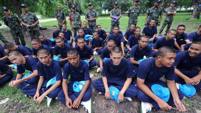 Sous le soleil écrasant d'un camp d'entraînement militaire du centre de la Thaïlande, des étudiants font des pompes en cadence. Formation des jeunes recrues? Non, encadrement musclé pour jeunes voyous.[AFP]