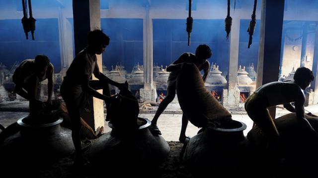 Des ouvriers dans une production de parfum à Kannauj, en août 2012 [Sajjad Hussain / AFP/Archives]