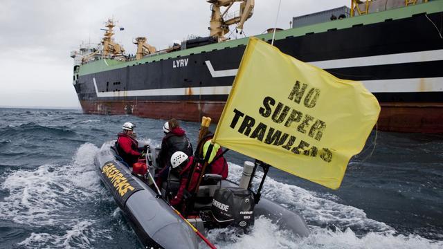 Un chalutier hollandais géant, un des plus gros au monde, devait être provisoirement interdit de pêche dans les eaux australiennes, une décision saluée mardi par Greenpeace qui l'accuse de surpêche au large de la côte ouest de l'Afrique. [GREENPEACE]