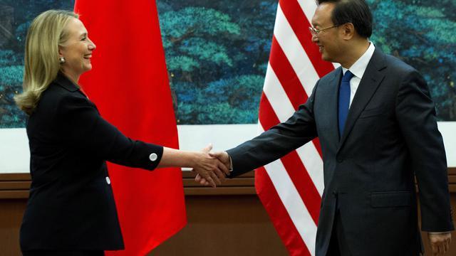 La secrétaire d'Etat américaine Hillary Clinton a invité mercredi la Chine à négocier avec les pays d'Asie du Sud-Est un cadre diplomatique permettant de prévenir une escalade des disputes territoriales dans une région traversée par des voies maritimes stratégiques.[POOL]