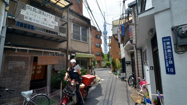 """Vu de 350 mètres de haut, le quartier Sumida, dans le nord de Tokyo, ressemble à un inextricable patchwork de ruelles et de maisonnettes serrées à se toucher. Plantée au beau milieu, la """"Sky Tree Tower"""", haute comme deux Tour Eiffel, surveille ce quartier qui se prépare calmement au """"Big One"""", le séisme du siècle. [AFP]"""