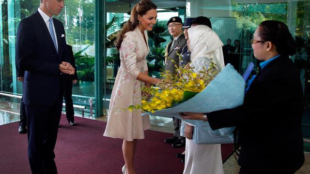 Le prince William et son épouse Catherine ont entamé mardi à Singapour une tournée majeure en Asie-Pacifique en l'honneur des 60 ans de règne d'Elizabeth II, l'occasion de parfaire leur apprentissage royal avec notamment le premier discours officiel à l'étranger de Kate. [POOL]