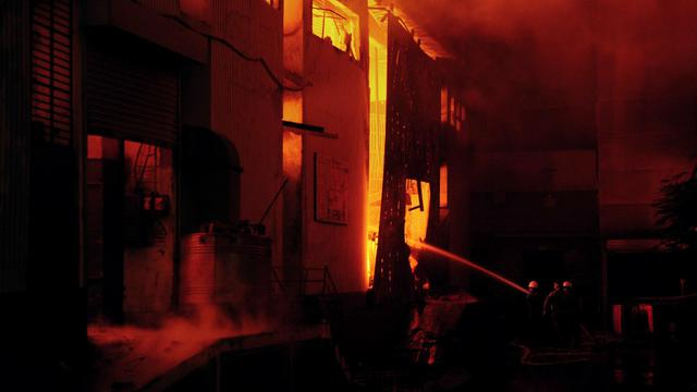 Un incendie dans une usine textile à Karachi, la mégalopole du sud du Pakistan, a causé la mort d'au moins 63 personnes, a indiqué mercredi le responsable des pompiers. [AFP]