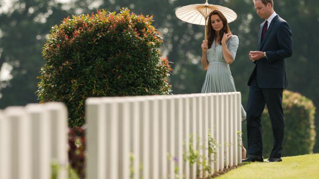 Le prince William et son épouse Catherine ont rendu hommage aux soldats tombés dans la guerre d'Asie contre les Japonais, jeudi en achevant à Singapour la première étape d'une tournée de neuf jours en Asie-Pacifique. [AFP]