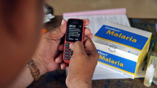 Un bénévole signale aux experts sanitaires les nouveaux cas de malaria dans un village de la province de Pailin, au Cambodge, le 5 juillet 2012 [Tang Chhin Sothy / AFP/Archives]
