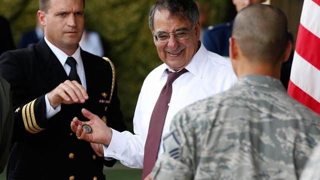 Leon Panetta (C)  le 17 septembre 2012 sur la base Yokota à Tokyo [Larry Downing / AFP]