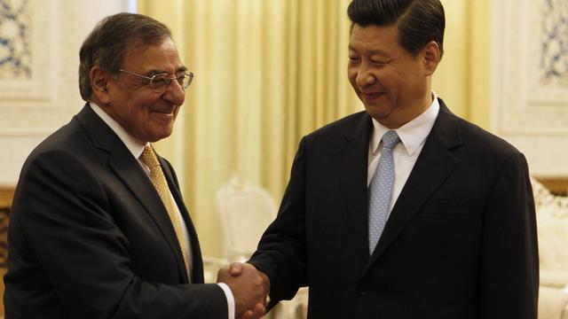 Le vice-président chinois Xi Jingping (d) serre la main du secrétaire américain à la Défense, Leon Panetta à Pékin le 19 septembre 2012 [Larry Downing / Pool/AFP]