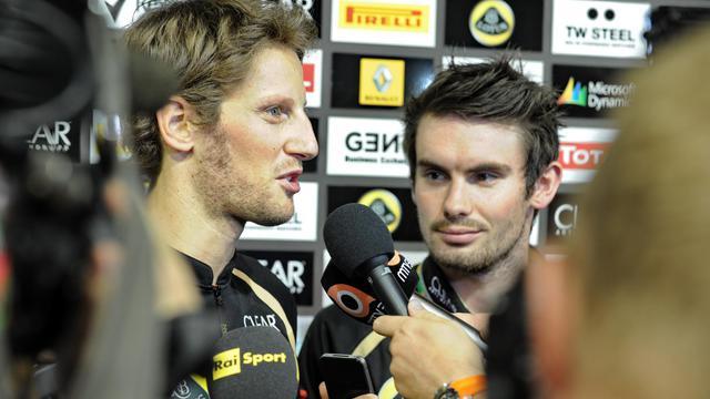 Le pilote français Romain Grosjean (Lotus) répond aux questions des journalistes sur le circuit de F1 de Singapour, le 20 septembre 2012. [Roslan Rahman / AFP]
