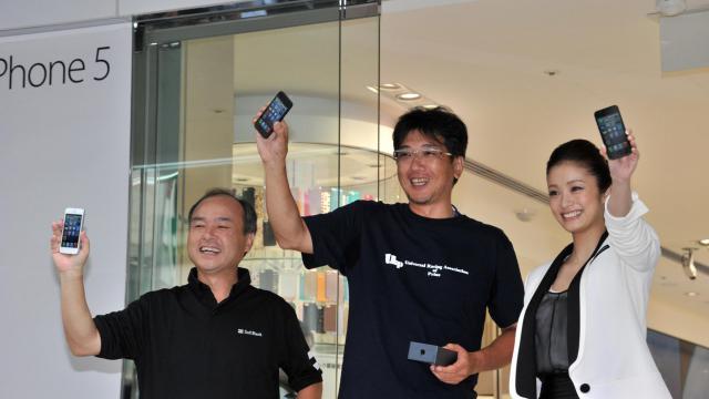Des clients avec un i'Phone 5 acheté le 21 septembre 2012 à Tokyo [Yoshikazu Tsuno / AFP]