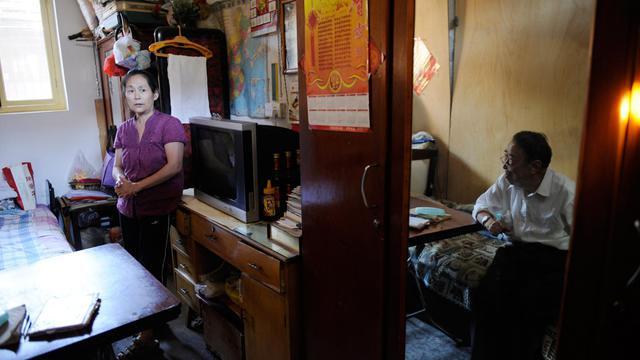Wu Rui  (g) et son père dans leur petite maison de Pékin, le 4 septembre 2012 [Wang Zhao / AFP/Archives]