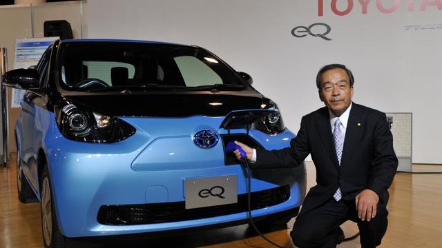 """Le vice-président de Toyota, Takeshi Uchiyamada, présente le 24 septembre 2012 à Tokyo le nouveau véhicule 100% électrique baptisé """"eQ"""" [Yoshikazu Tsuno / AFP]"""
