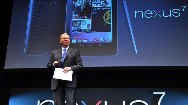 Le patron de Google, Eric Schmidt, présente la tablette Nexus 7 lors de son lancement le 25 septembre 2012 à Tokyo [Yoshikazu Tsuno / AFP]