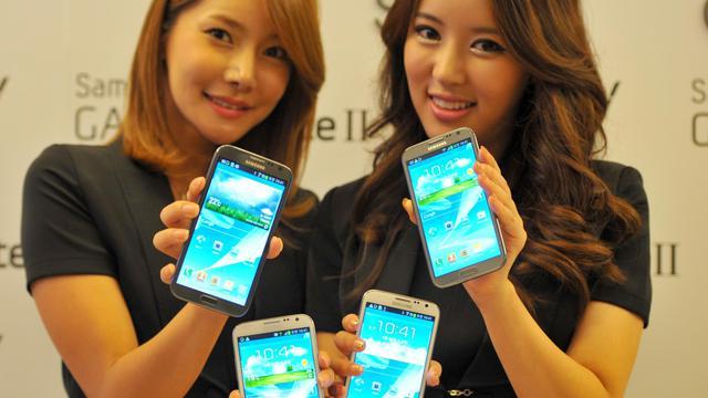 Deux jeunes femmes présentent la dernière version du Galaxy Note de Samsung, le 26 septembre 2012 à Séoul [Kim Jae-Hwan / AFP]