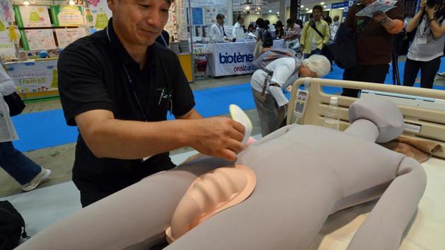 """Un homme fait une démonstration de """"mini-toilettes"""" lors d'un salon spécialisé à Tokyo le 26 septembre 2012 [Yoshikazu Tsuno / AFP]"""