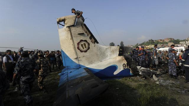 Les secours autour de la carcasse de l'avion qui s'est écrasé le 28 septembre 2012 à Manohara près de  Katmandou [Prakash Mathema / AFP]