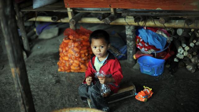 Un enfant de l'ethnie Kachin assis, au camp de Moe Mauk, le 19 septembre 2012 [Soe Than Win / AFP]