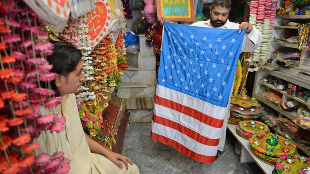 Un vendeur montre un drapeaux américain dans sa boutique de l'Urdu Bazar de Rawalpindi, le 1er octobre 2012 [Farooq Naeem / AFP]